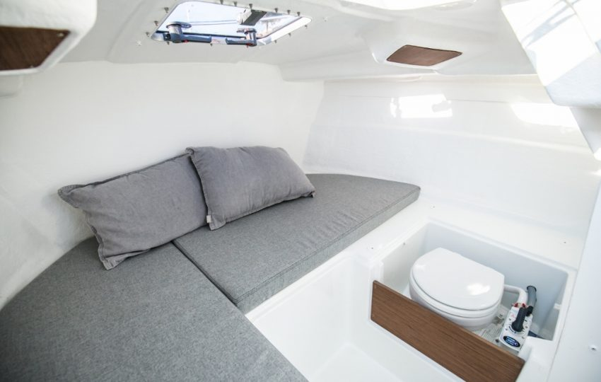 Beneteau Antares 6 Interior (9)
