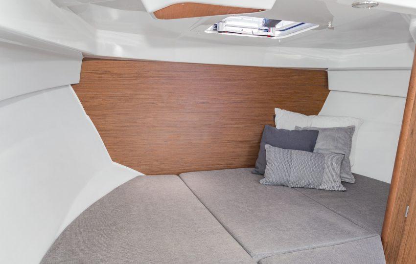 Beneteau Antares 7 Interior (4)